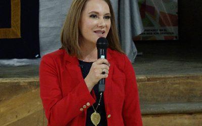 Verónica De la Vega dando una conferencia sobre el permiso de empoderarte